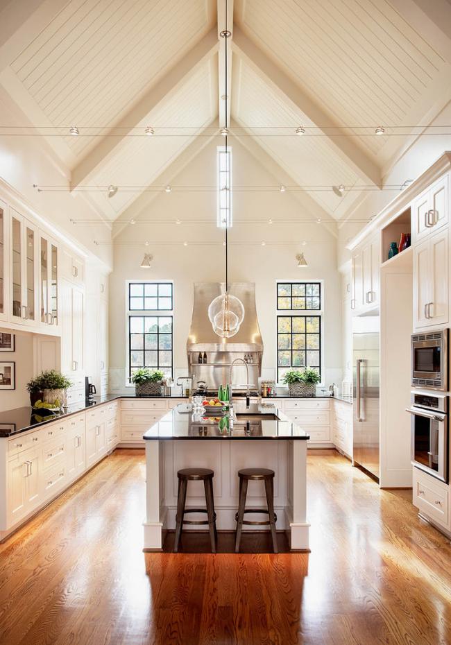 Кухня в стиле кантри с островом и высокими потолками