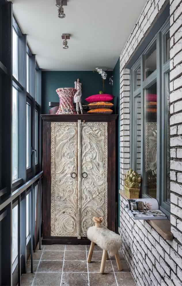 Интерьер балкона в стиле фьюжн с массивным шкафом