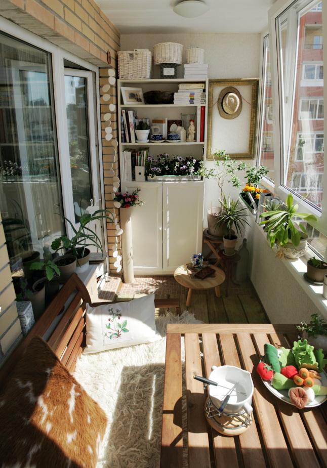 Балкон в средиземноморском стиле с белым шкафом