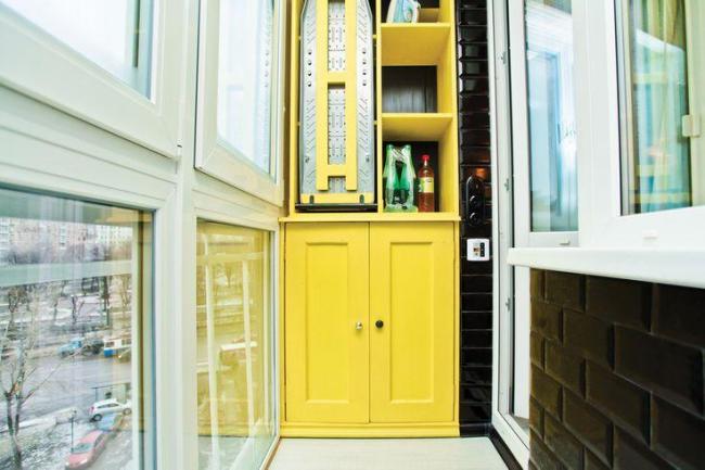 Небольшой яркий шкаф на балконе