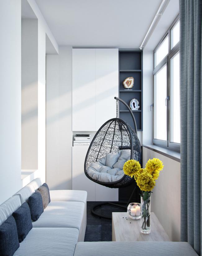 Металлопластиковый шкаф хорошо вписывается в зону отдыха на балконе