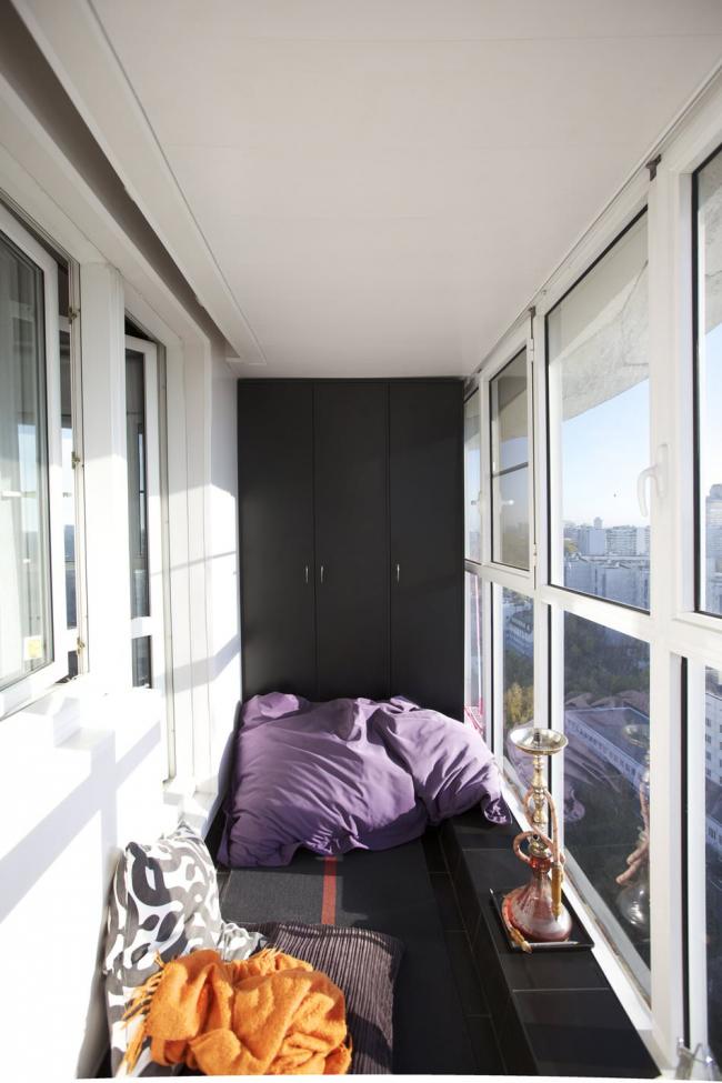 Простой черный шкаф на балконе смотрится достаточно стильно