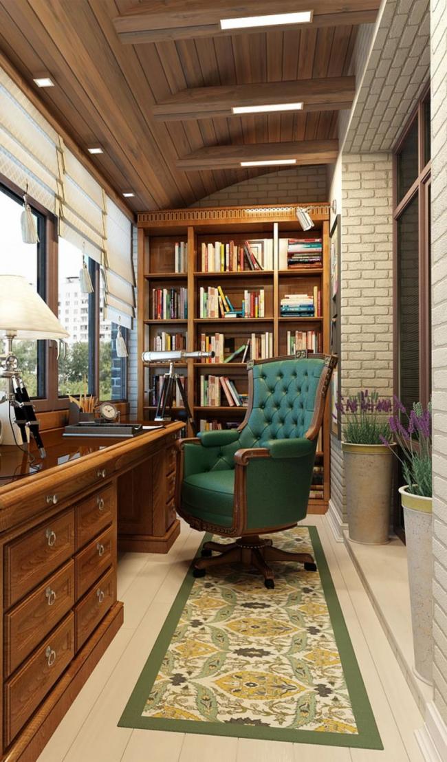 Лоджия с деревянным книжным шкафом, оборудованная под домашний кабинет