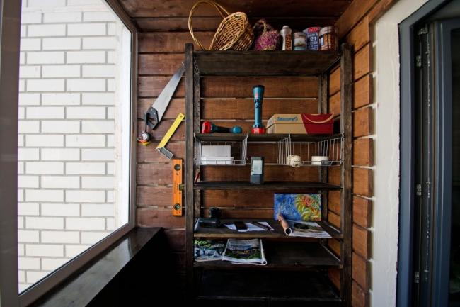 Открытый деревянный стеллаж для хранения инструментов и разных мелочей