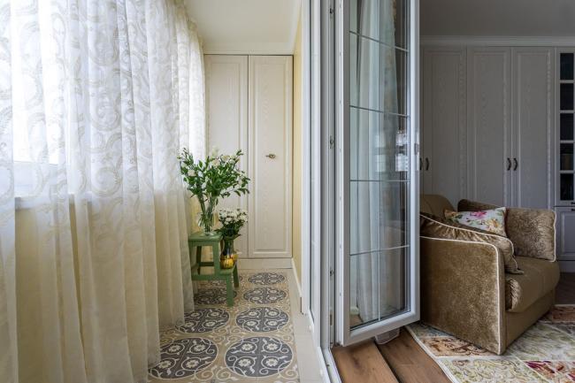 Лоджия при желании может стать продолжением комнаты, поэтому шкаф соответствует остальным шкафам в комнате