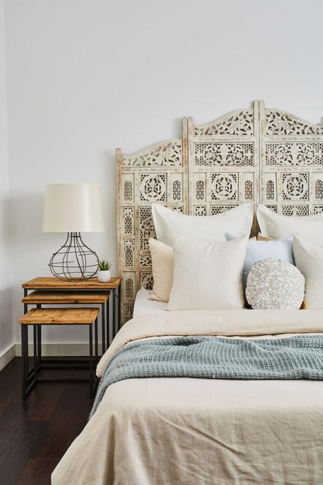 Белые обои могут стать частью комнаты в марокканском стиле - они подчеркивают изящество резных элементов