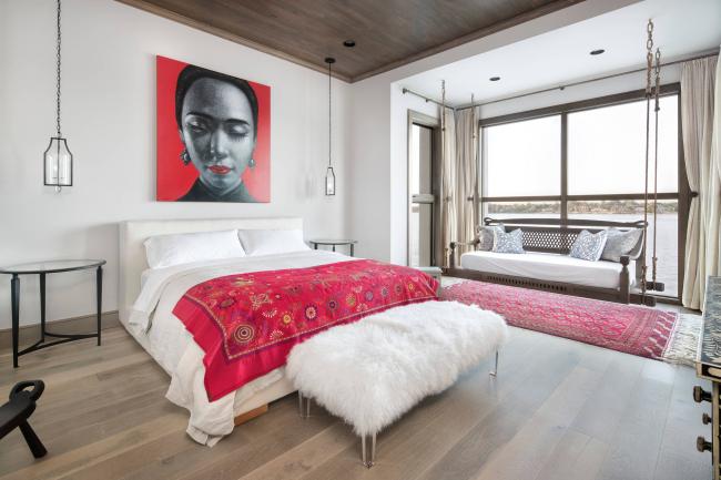 Компенсировать однотонность комнаты помогут большие окна с красивыми пейзажами