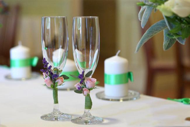 Нежное и невероятно красивое оформление свадебных бокалов