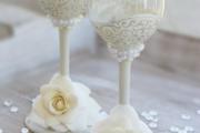 Фото 7 Декор свадебных бокалов: избранные мастер-классы и трендовые идеи оформления в 2019 году
