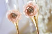 Фото 1 Декор свадебных бокалов: избранные мастер-классы и трендовые идеи оформления в 2019 году