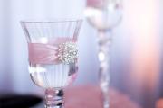 Фото 8 Декор свадебных бокалов: избранные мастер-классы и трендовые идеи оформления в 2019 году