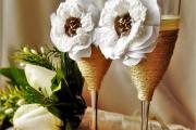 Фото 11 Декор свадебных бокалов: избранные мастер-классы и трендовые идеи оформления в 2018 году