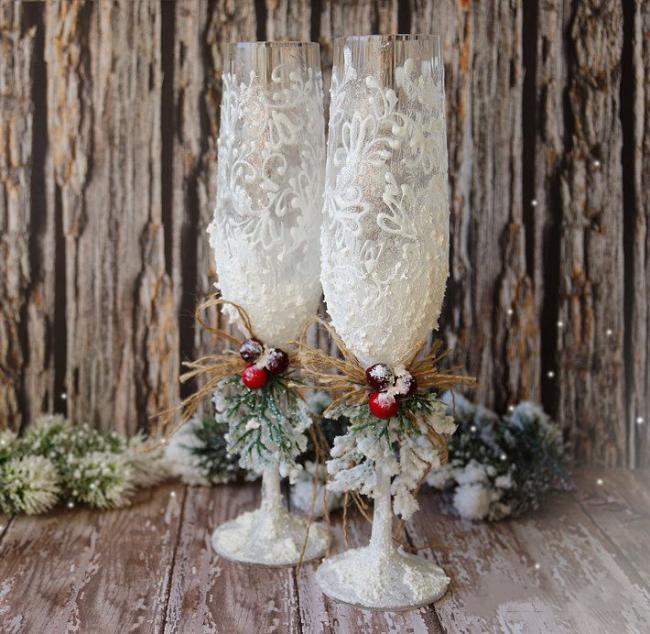 Белоснежный зимний декор свадебных бокалов