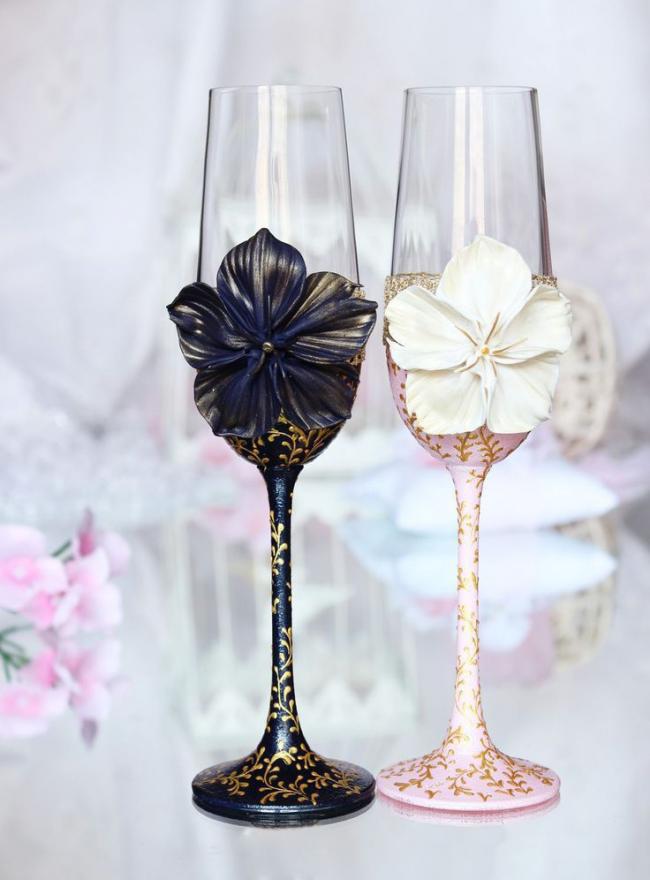 Элегантное оформление свадебных бокалов