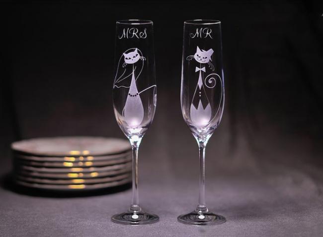 Интересное решение украсить свадебные бокалы с помощью гравировки