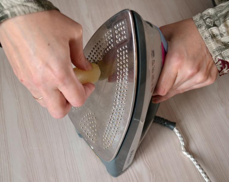 Как очистить нагар с утюга с тефлоновым покрытием в домашних условиях