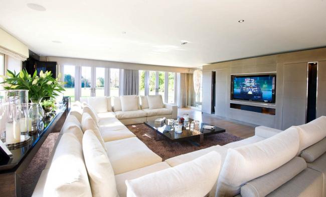 Невероятно большой, усовершенствованной формы, угловой диван Чикаго с обшивкой из натуральных материалов