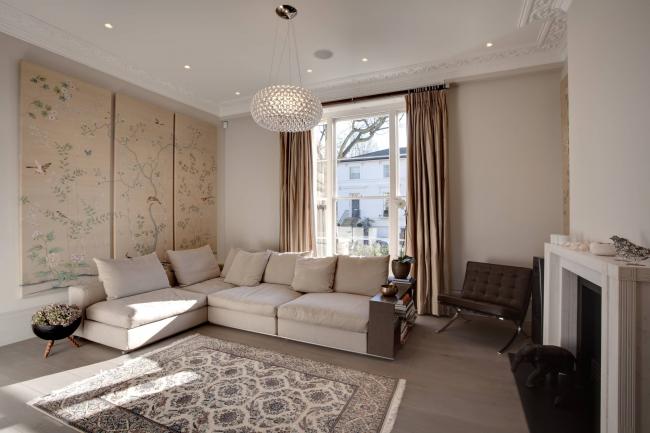Классическое оформление комнаты с кремовым диваном консул