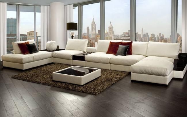 Красивый белый диван в гостиной в стиле модерн