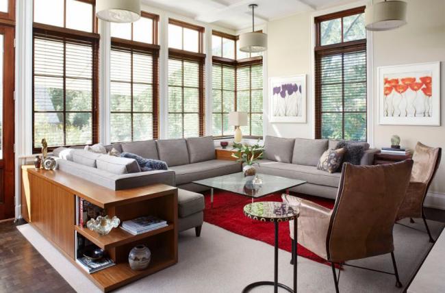 Оригинальная конструкция полочек со спины дивана