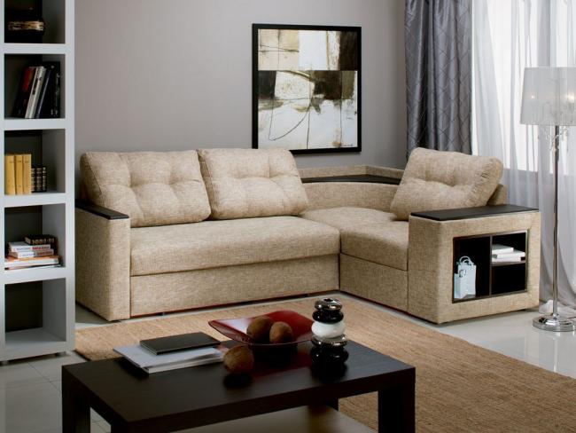 Прекрасное расположение углового дивана у окна позволит сэкономить пространство