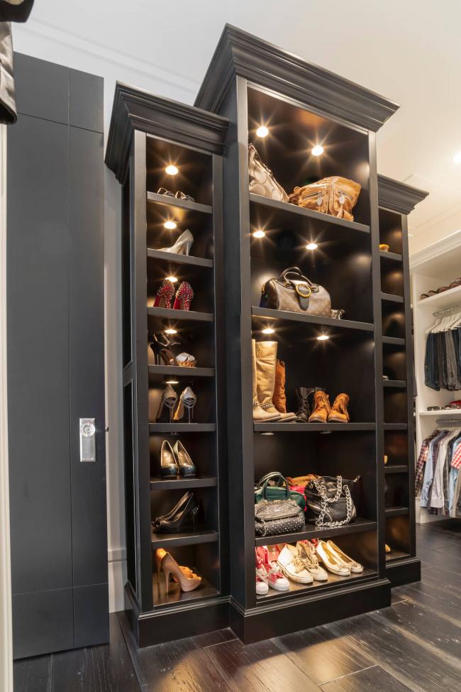 Шкаф-галошница - отличный вариант для просторных прихожих