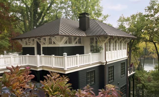 Красивый черно-белый дом с просторной террасой