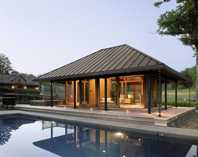 Домик для отдыха с фальцевой крышей и большим бассейном
