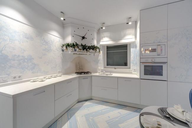 Белоснежный интерьер кухни со встроенной микроволновкой Gorenje