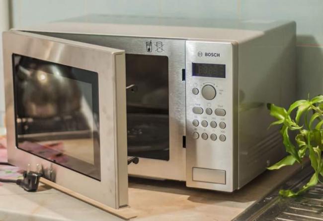 Микроволновая печь Bosch имеет из 5 уровней мощности, а также позволяет воспользоваться функцией гриль в комбинации с микроволнами