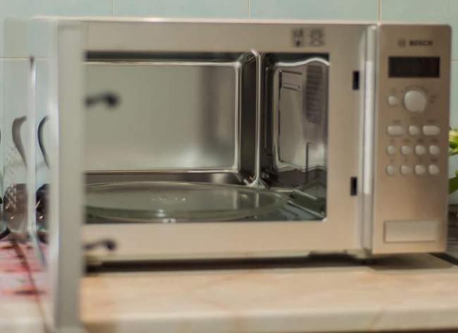 Объем микроволновой печи Bosch 25 л, а тарелка из стекла диаметром 31,5 см, вращается по кругу, способствуя равномерному приготовлению или разогреву
