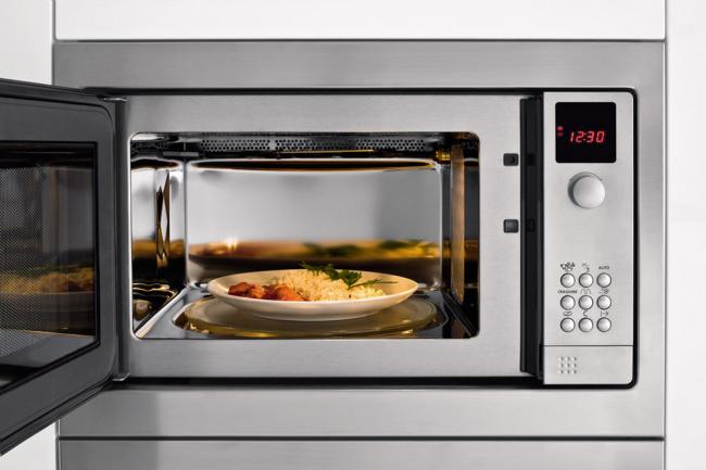 Лучшая микроволновая печь с грилем и конвекцией обладает множеством полезных функций, способных превратить готовку в приятное времяпрепровождение