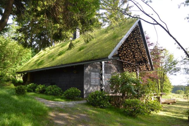 Красивая баня с клумбой на крыше