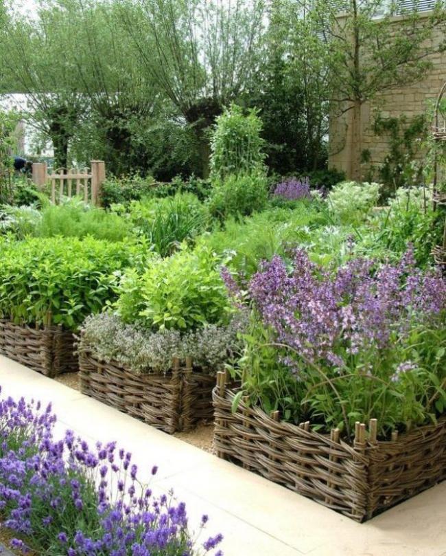 Плетенное ограждение для садового цветника