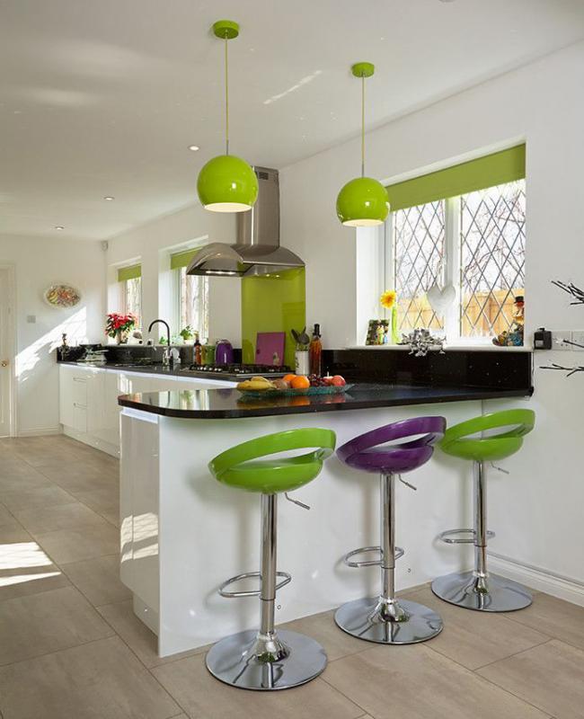 Яркие салатовые аксессуары и ролеты помогут создать легкую атмосферу