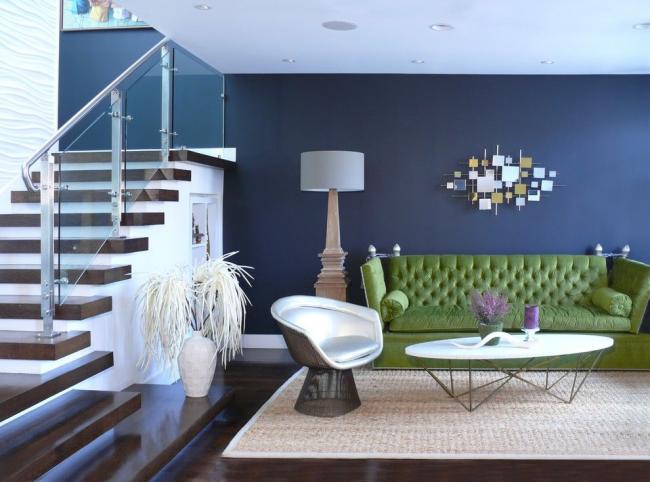 """Зеленый диван в гостиной выступает идеальным фоном, который помогает """"раскрыться"""" томным оттенкам стен"""