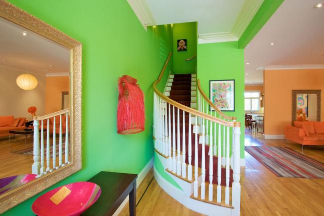 Кричащий зеленый в прихожей в стиле эклектика