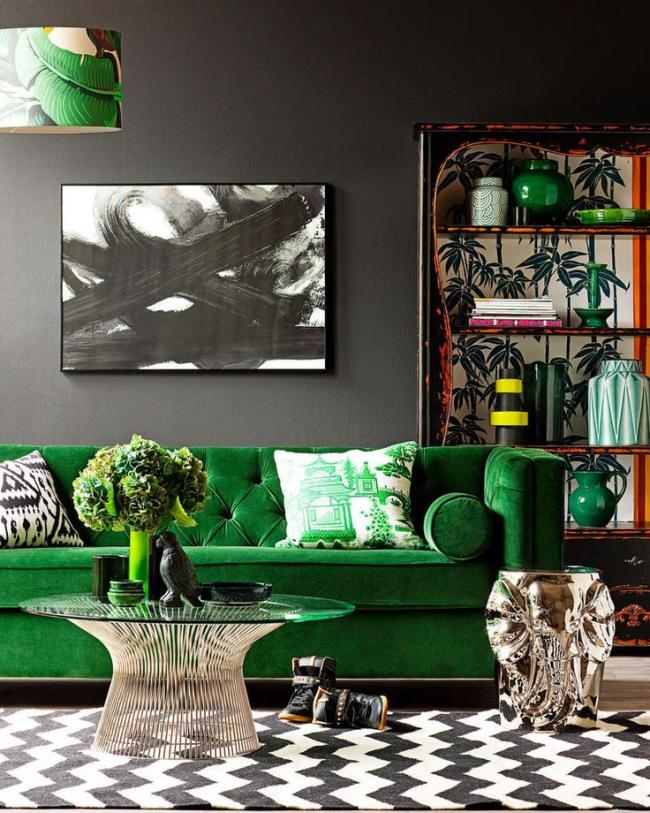 Роскошная мягкая мебель зеленого цвета оживит интерьер гостиной с темной отделкой стен