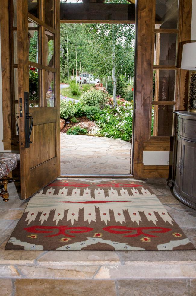 При выборе коврика в прихожую необходимо позаботиться, чтобы он гармонично вписывался в интерьер
