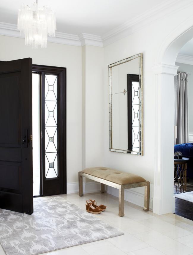 Придверный коврик серого цвета отлично впишется в дизайн классической прихожей