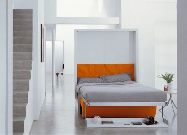 Подъемный механизм позволяет легко раскладывать и сворачивать встроенную кровать