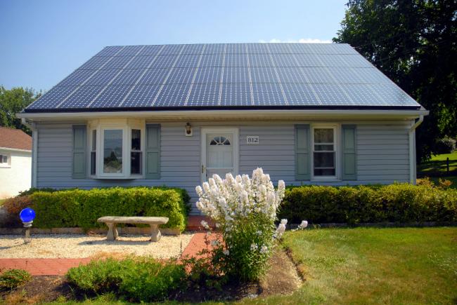 Частный дом с большой системой солнечных коллекторов