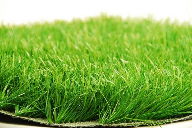 Синтетический газон является практичным вариантом покрытия для спортивной площадки