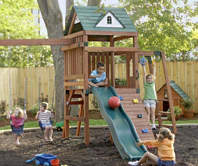 Деревянный городок на спортивной площадке детей дошкольного возраста