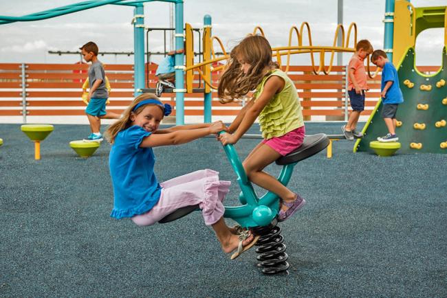 Качели и горки прекрасно подойдут для оборудования спортивной площадки для детей дошкольного возраста