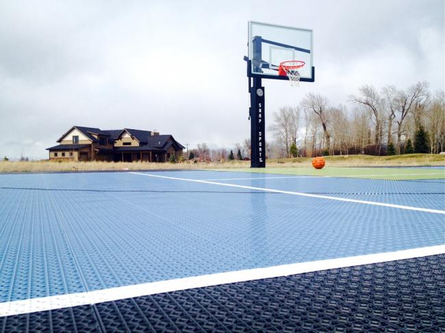 Баскетбольная площадка с резиновым покрытием на дачном участке