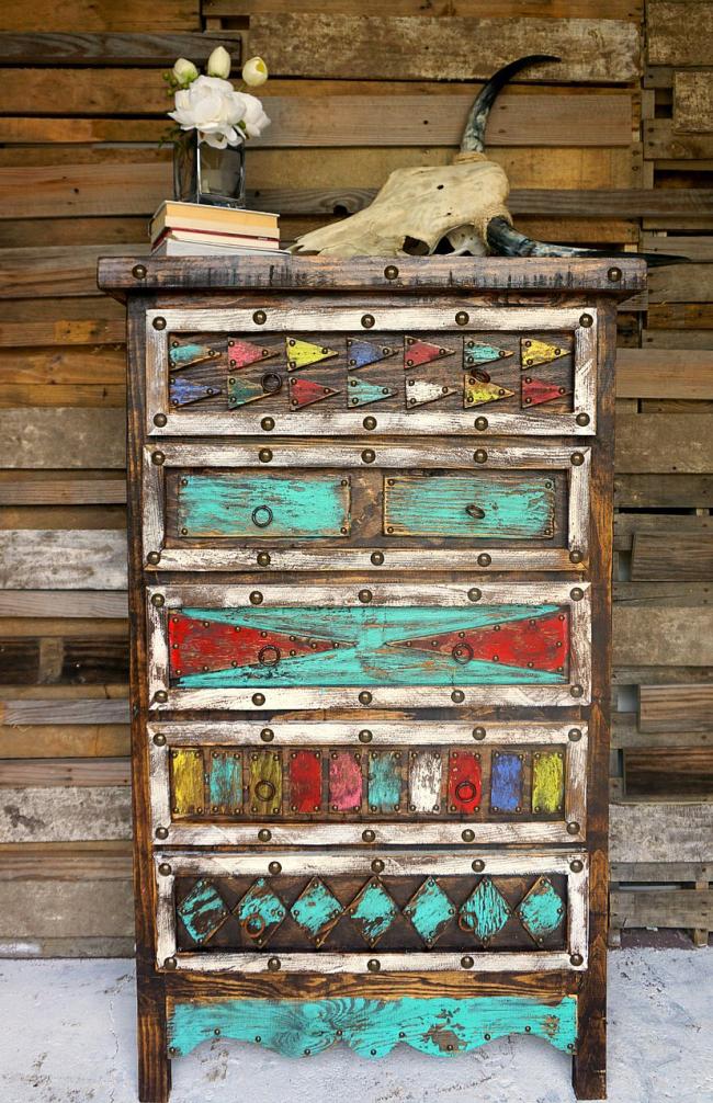 Не стоит выбрасывать старую мебель, ведь вы можете существенно сэкономить, получив уникальный элемент интерьера и удовольствие от воплощения в жизнь разных дизайнерских идейсобственными руками