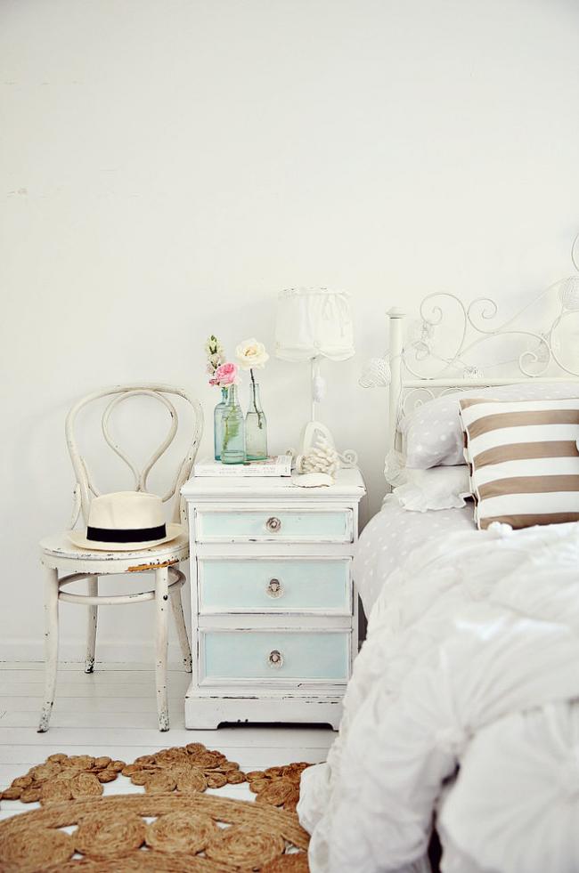 Пример отреставрированной прикроватной тумбочки. Теперь это яркий элемент интерьера и функциональный предмет мебели в спальне