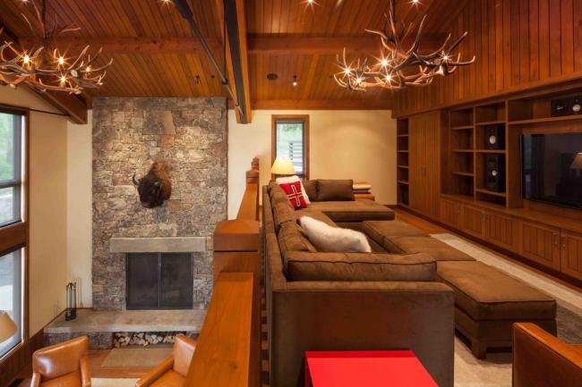 В нижних ящиках дивана можно хранить постельные принадлежности