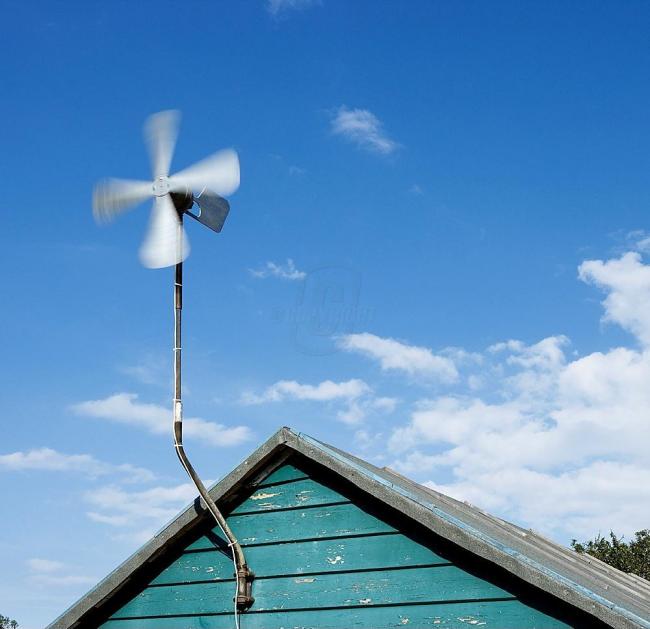 Если же вы все же хотите установить ветрогенератор без дополнительных узлов,то лучше выбирайте небольшие модели. Маленького ветрячка у крыши дома вам вполне хватит
